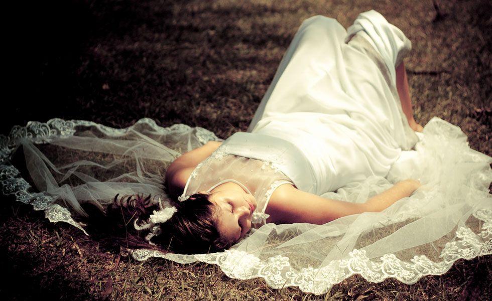 O estilo delicado da fotografia de Fernanda Ferraro retrata como é possível fazer um trash the dress sem estragar o vestido.