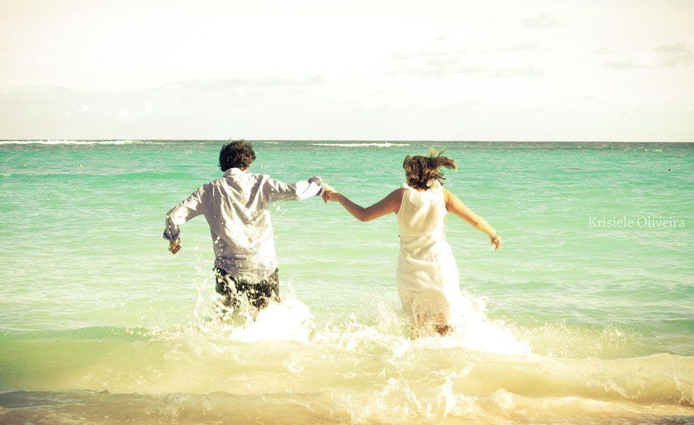 No ensaio divertido da fotógrafa Krisiele, os noivos se esbaldam nas águas do mar com vestido e tudo.
