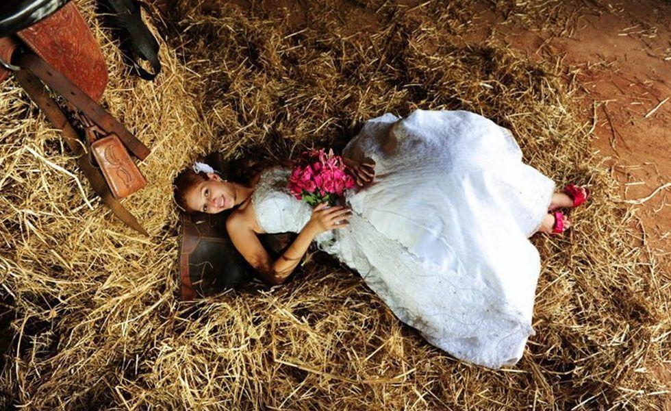 No melhor estilo country, a noiva se jogou em meio ao feno para ser clicada em seu trash the dress.