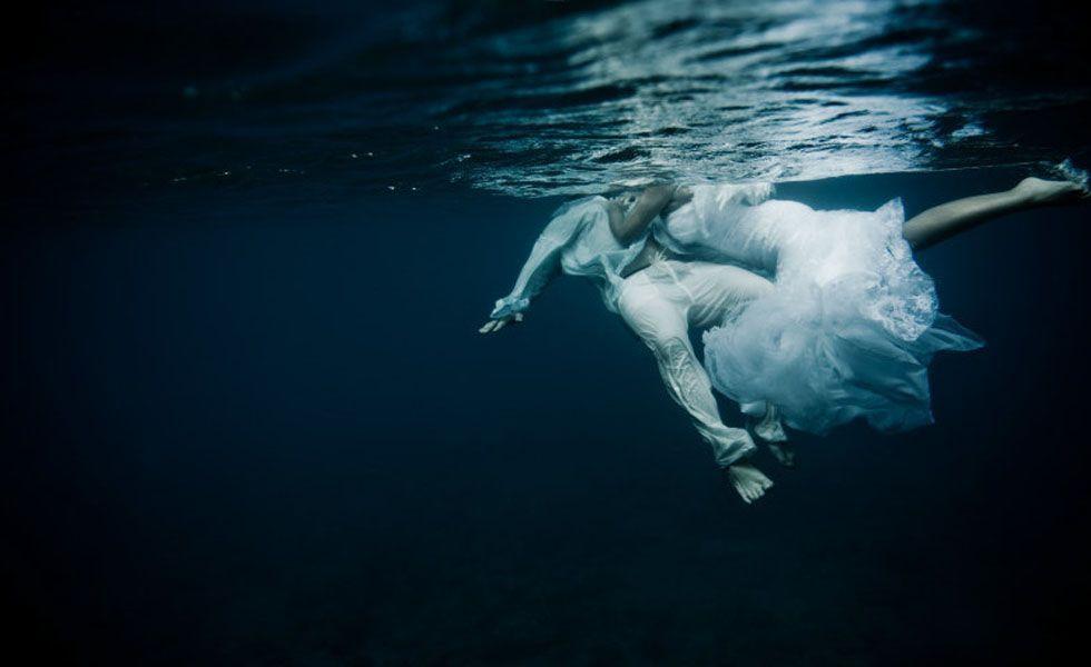 Para as mais ousadas, o clique da fotógrafa Shelly dá uma ideia irreverente de como fazer seu ensaio: não molhe apenas o vestido, mergulhe na água.