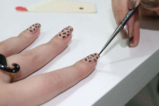 Faça as manchinhas marrons e depois contorne parte delas de preto, com um pincel ou palito. Aplique suavemente.