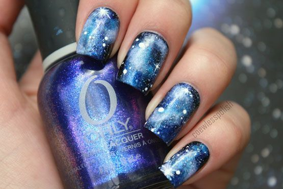 "Foto: <a href=""http://coewlesspolish.wordpress.com/2012/06/24/blue-galaxy-nail-art/"">Blog Coewless Nail Polish</a>"