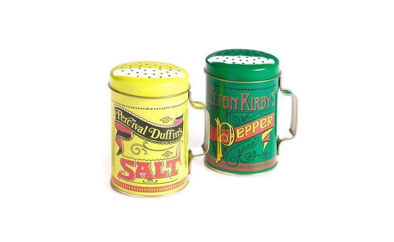"""Pimenteiro e saleiro por R$41,41 na <a href=""""http://www.submarino.com.br/produto/7984903/conjunto-saleiro-e-pimenteiro-latas-retro"""" target=""""blank_"""">Submarino</a>"""