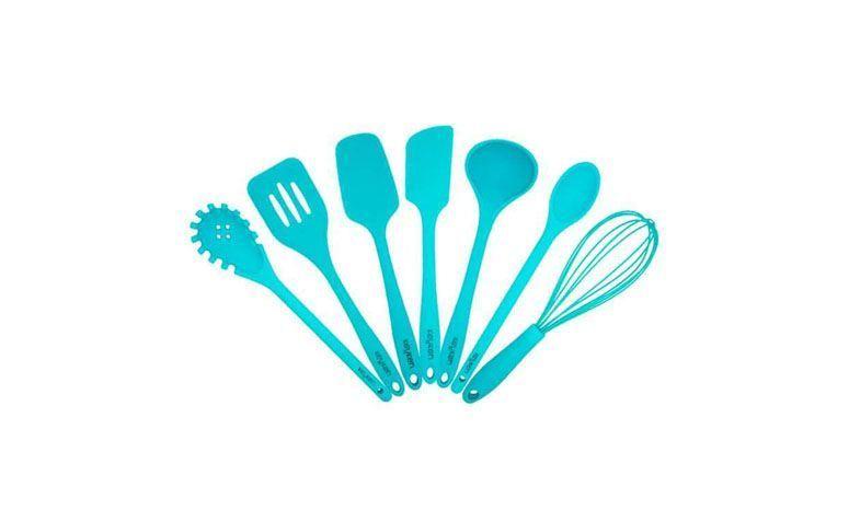 """Kit de utensílios azul por R$98,99 na <a href=""""http://ad.zanox.com/ppc/?29470371C10967541&ULP=[[http://www.mobly.com.br/kit-de-utensilios-de-silicone-7-pecas-azul-202240.html?utm_source=Zanox&utm_medium=Afiliados&utm_campaign=deeplink]]"""" rel=""""nofollow"""" target=""""blank_"""">Mobly</a>"""