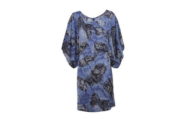 """Vestido de cetim estampado por R$ 298 na <a href=""""http://www.shoulder.com.br/KAFTAN-DE-CETIM-ESTAMPADO-132101104/p"""" target=""""_blank"""">Shoulder</a>"""