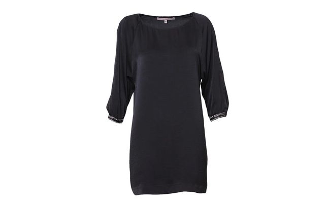 "Vestido de cetim preto por R$339 na <a href=""http://www.shoulder.com.br/T-SHIRT-DRESS-DE-CETIM-132104403/p"" target=""_blank"">Shoulder</a>"