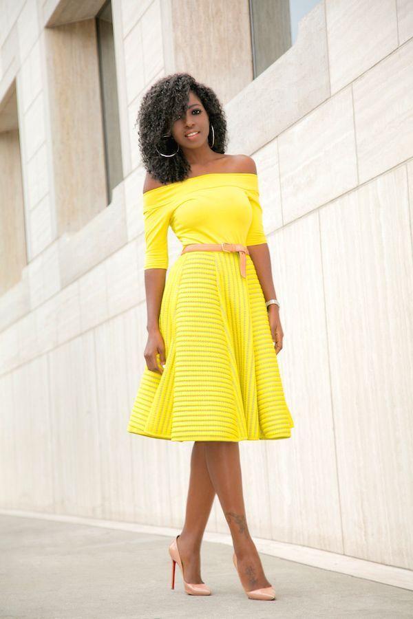 "Foto: Reprodução / <a href="" http://stylepantry.com/2016/01/20/off-shoulder-blouse-yellow-striped-skirt/ "" target=""_blank""> Stylepantry </a>"