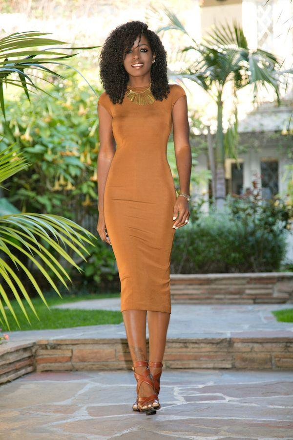 """Foto: Reprodução / <a href="""" http://stylepantry.com/2016/02/23/satin-lapel-blazer-fitted-midi-dress/"""" target=""""_blank"""">Stylepantry</a>"""