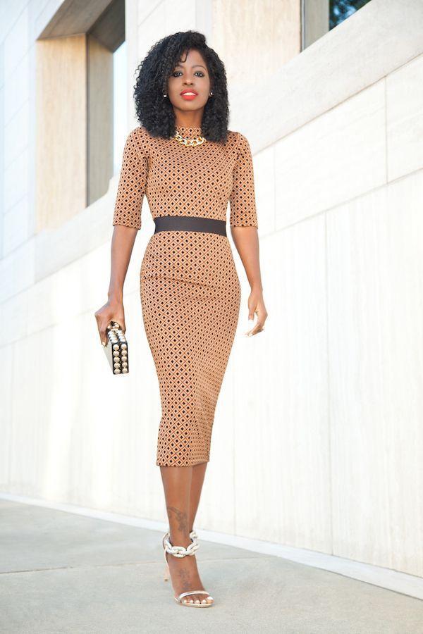 """Foto: Reprodução / <a href="""" http://stylepantry.com/2015/12/14/diamond-print-contrast-waist-midi-dress/ """" target=""""_blank""""> Stylepantry </a>"""