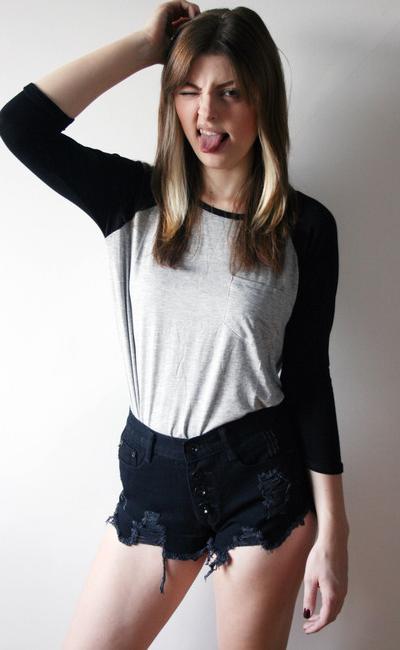 "Hot Pants jeans preta desfiada R$110 na <a href=""http://pinkvanilla.iluria.com/pd-db5eb-shorts-hot-pants-distressed-preto.html?ct=&p=1&s=1"" target=""blank_""> Pink Vanilla </a>"