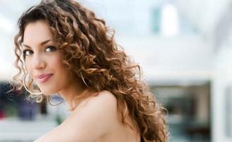 Dicas e cuidados para ter cabelos cacheados mais bonitos