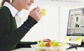 Como driblar a fome no trabalho