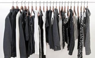 Como lavar roupa preta sem perder a cor