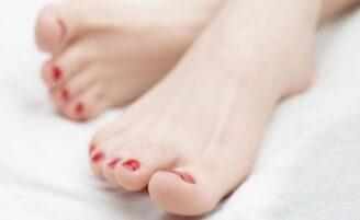 Esmaltes coloridos nos pés