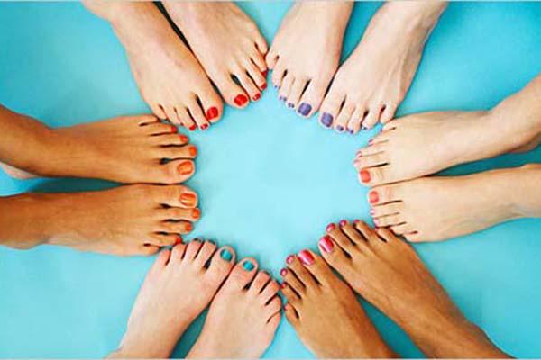 unhas pes coloridas Esmaltes coloridos nos pés