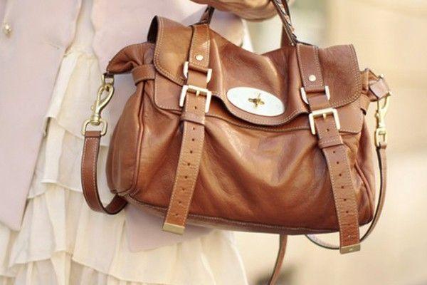 A bolsa carteiro vem conquistando as mulheres com seu estilo retrô e  bastante versátil. O modelo estruturado de tamanho médio, com alça longa e  de mão, ... 86745acf89