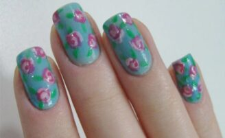 Unhas decoradas com estampa floral