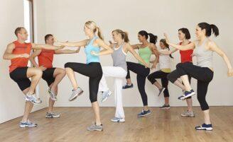 Conheça a Zumba: a aula que mistura movimentos de dança e ginástica