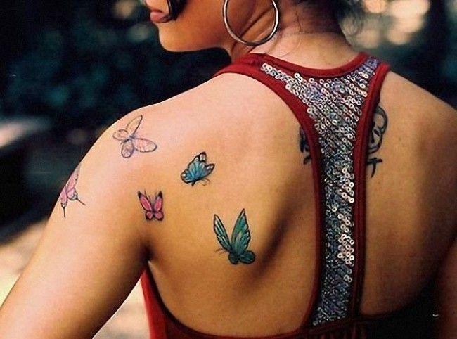 Ombro com tatuagem feminina