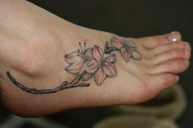 Tatuagem feminina em um pé delicado
