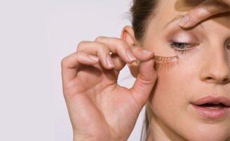 Como retirar cílios postiços