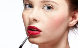 Como consertar um borrão na maquiagem