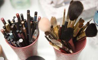 Maneiras diferentes para organizar os itens de maquiagem