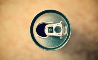 Ingerir energéticos e refrigerantes pode danificar seus dentes