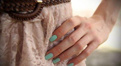 Como combinar as roupas com a cor e o estilo do esmalte