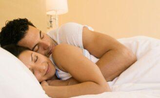 5 benefícios de dormir acompanhada