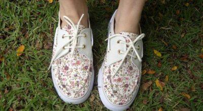 Calçados masculinos em pés femininos