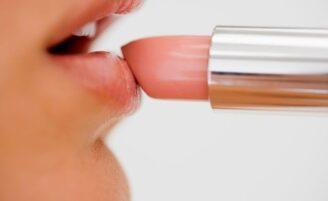 Como evitar o ressecamento dos lábios no clima seco?