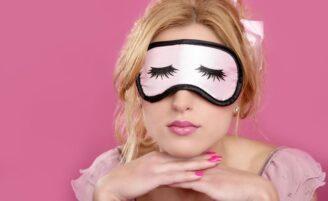 Dormir com maquiagem faz mal mesmo?