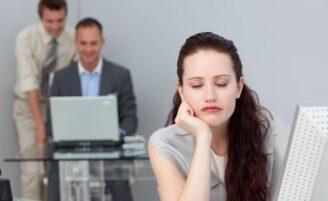 Sentir sono no trabalho pode não ser apenas cansaço