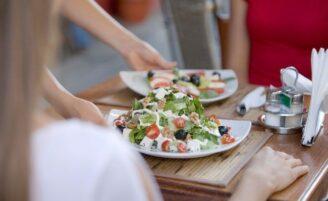 Como comer de forma saudável fora de casa