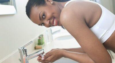 Aprenda como lavar o rosto corretamente e ter uma pele mais saudável