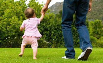 Como estimular corretamente a criança a andar