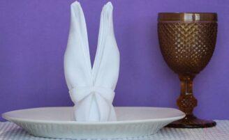 Decore a mesa de Páscoa com um coelho de guardanapo