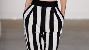 Preto e branco na calça listrada: clássico e ousado