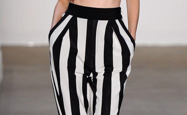 preto e branco na calca listrada classico e ousado Preto e branco na calça listrada: clássico e ousado
