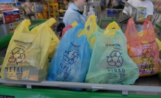 Usos diferentes para sacola plástica de supermercado