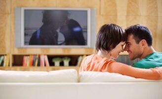 Como criar o clima perfeito para ver um filme em casa com o parceiro