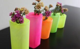 Decoração com charme: copos estilizados com bexiga viram vasos de flor