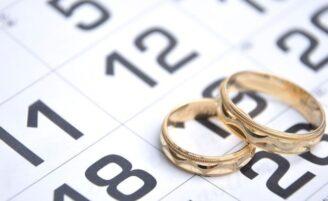 Pesquisa revela por que muitos casais estão adiando a data do casamento