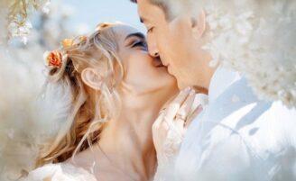 10 poses românticas imperdíveis para suas fotos de casamento
