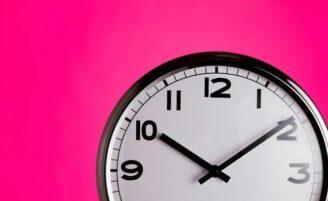 Relógios de parede: 15 opções para decorar a sua casa