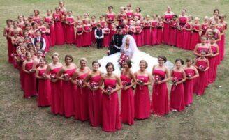 Noiva faz casamento com 80 daminhas na Inglaterra