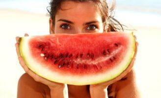9 alimentos que protegem a pele de queimaduras solares