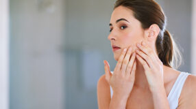 Como acabar com as espinhas: dicas e receitas para deixar sua pele lisinha