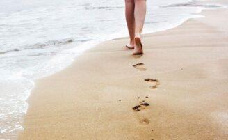 Os benefícios de andar descalço